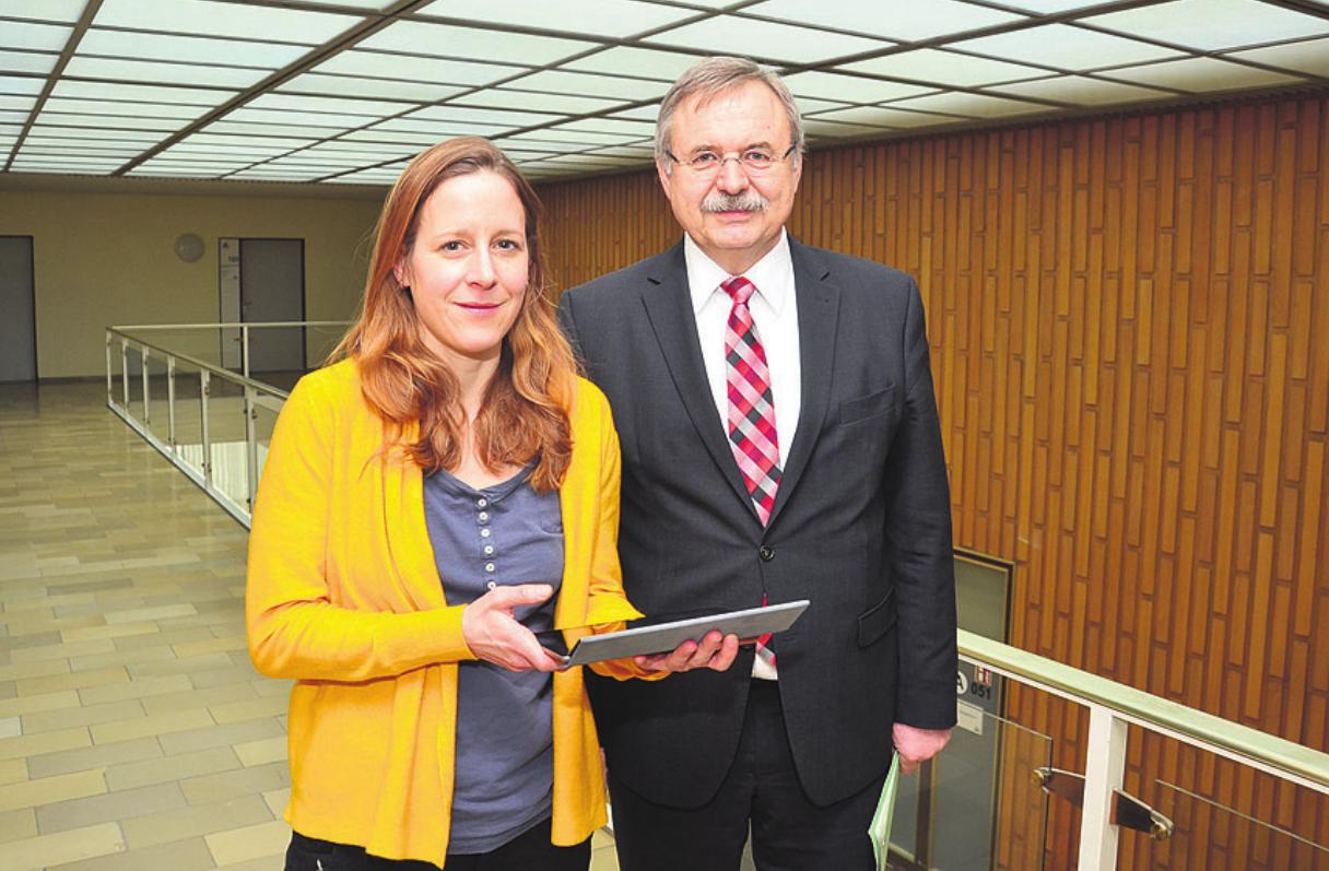 Stadträtin Monika Müller und der Leiter des Geschäftsbereiches Soziales und Gesundheit, Lothar Laubert, stellten die Pläne der Stadt Wolfsburg vor.