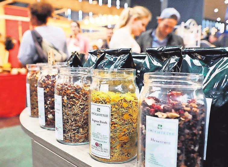 In der Markthalle finden die Besucher nicht nur verschiedensten Tee und Weine, sondern auch herzhafte und süße Speisen wie indisches Streetfood und Lakritz aus Irland.