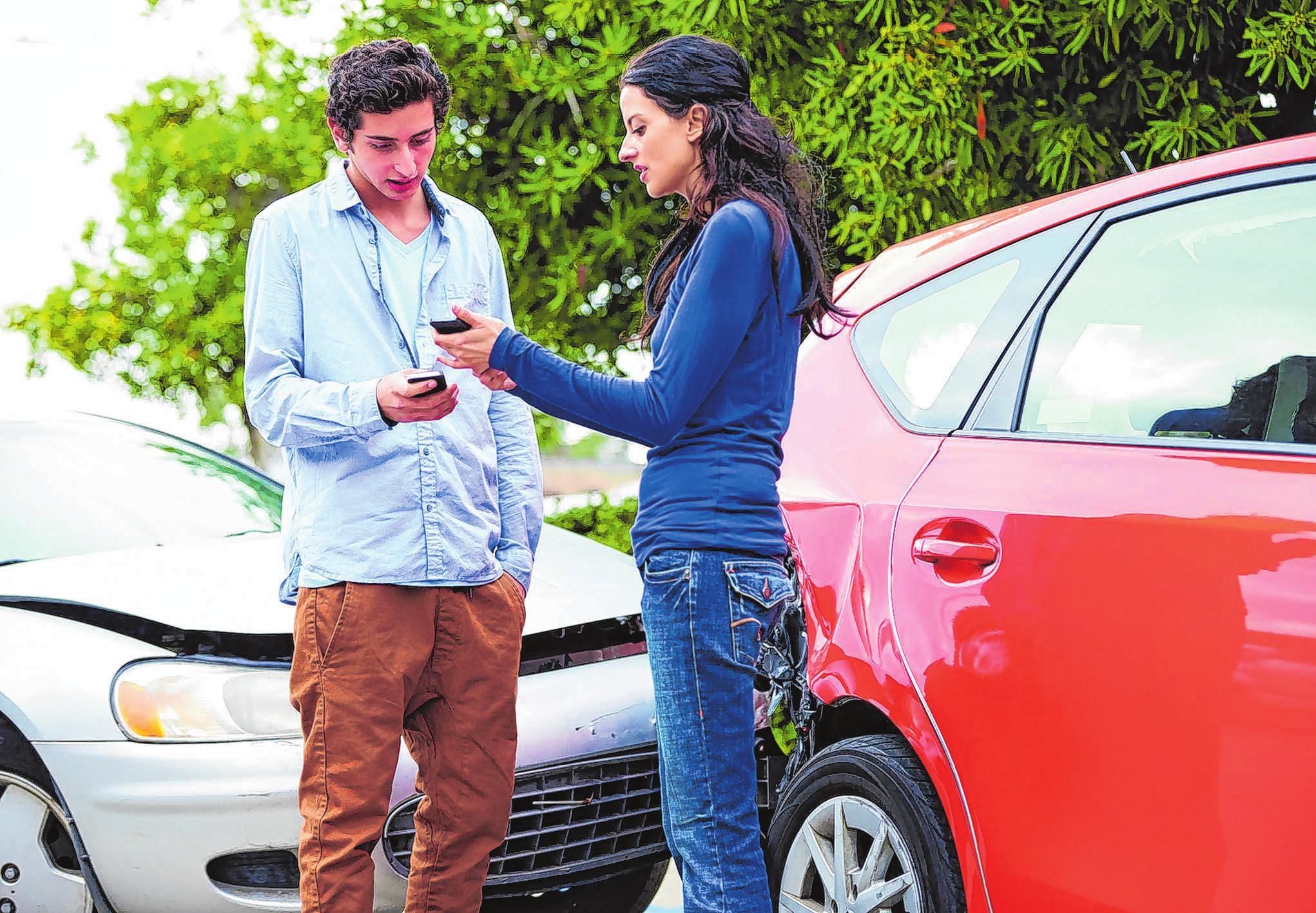 Eine Schaden-App hilft, schnell alle wichtigen Informationen zu übermittenln. Foto: C. Yeulet/123rf.com/barmenia