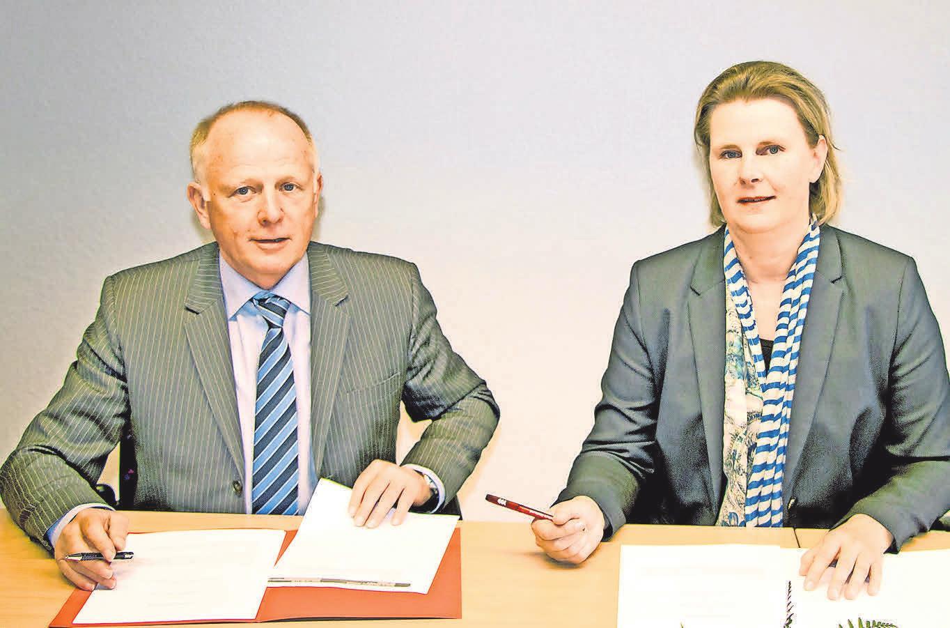 Hochschul-Rektorin Prof. Petra Maier und der Chef der Agentur für Arbeit in Stralsund Dr. Jürgen Radloff während der Unterzeichnung der Kooperationsvereinbarung.FOTO; CLAUDIA RAHN/ HOCHSCHULE STRALSUND