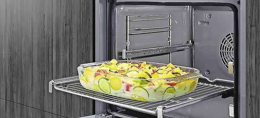 Dampfbackofen, Dunstabzugshaube, Geschirrspüler und Induktionskochfeld lassen sich heut allesamt per App steuern. Dadurch kann das jeweilige Gerät auch von unterwegs aus auf die individuellen Bedürfnisse eingestellt werden, um die Arbeit in der Küche möglichst komfortabel zu gestalten und optimale Ergebnisse zu erreichen.FOTOS: AMK
