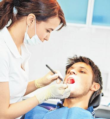 Zahnmedizinische Fachangestellte kümmern sich z.B. auch um die Mundhygiene der Patienten. FOTO: OBS/ABVIRIS/ ROBERT KNESCHKE
