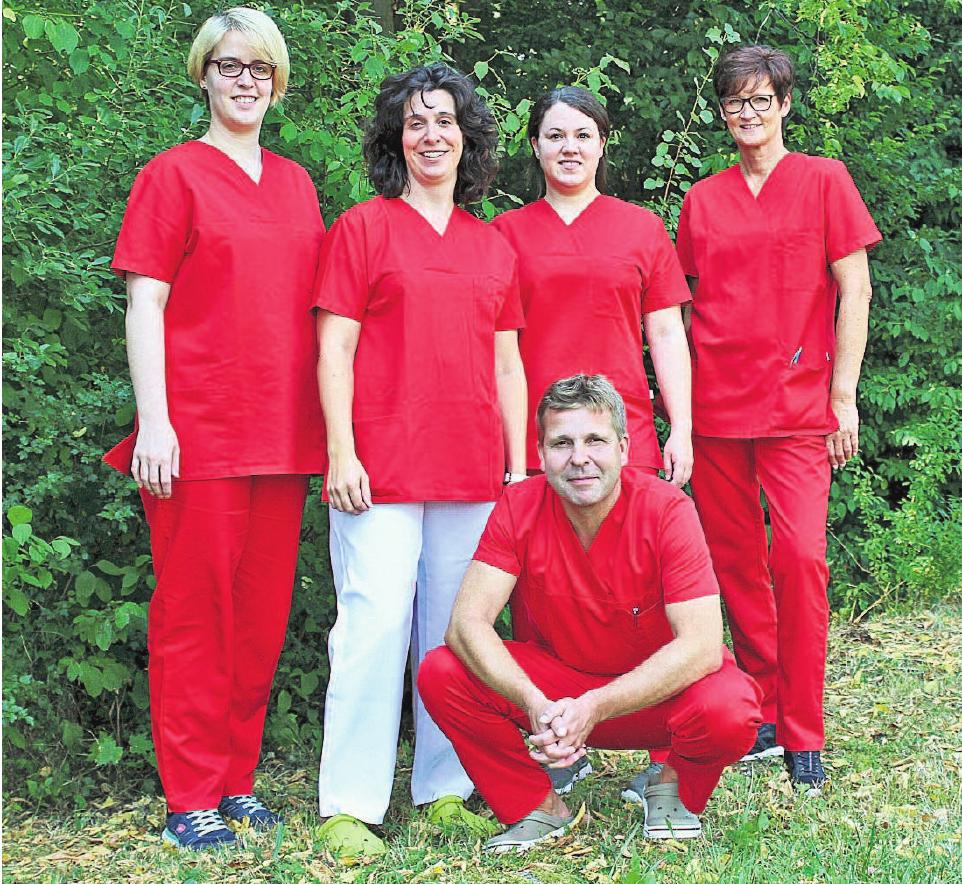 Dr. Marc-André Grundl mit seinem Praxisteam.Foto: Praxis Dr. Grundl