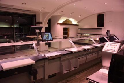 Viel Platz bieten die Kühltheken für Fleisch und Wurst (links). Stilvoll eingerichtet präsentiert sich der Sitzbereich.