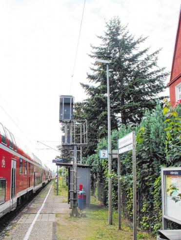 Regionalbahn (RB 12 und Regionalexpress RE5 halten am Sachsenhausener Bahnhof.