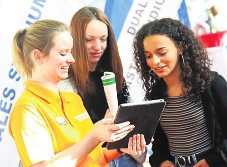 Tipps aus erster Hand: Schulabgänger erfahren in der Arena, wie eine gute Bewerbung aussieht. FOTO: BARLAG