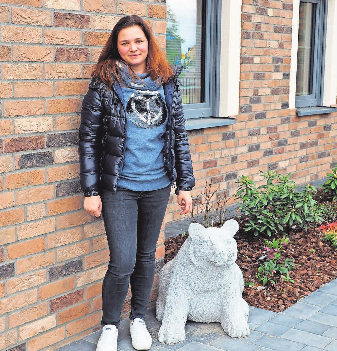 Liza Rampf von der Premnitzer Rampf Bau GmbH zeigt den gerade fertiggestellten Neubaukomplex inklusive tierischer Granitfiguren.