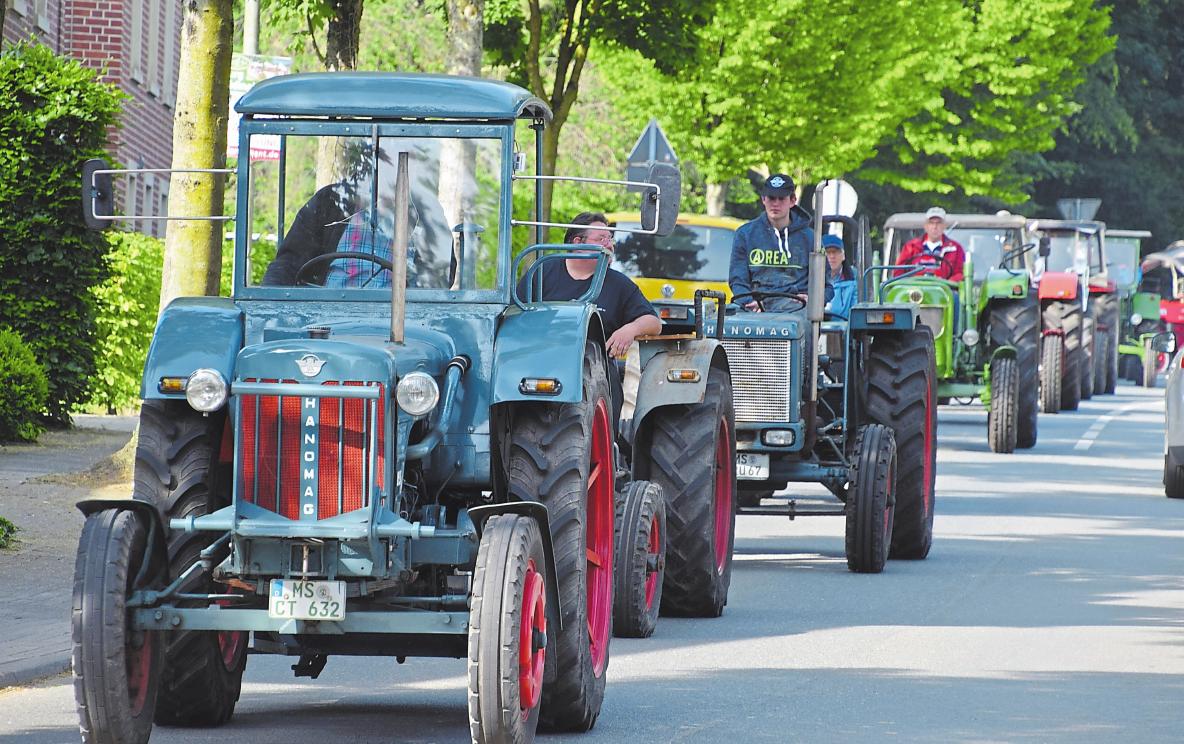 Die Treckerfreunde fahren am Wochenende vorm Heimathaus in Borghorst vor. Dort sind sie mit ihren Aktionen vertreten.