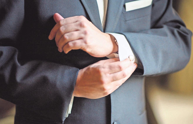 Viele Männer wählen die klassische Variante und kombinieren den schwarzen Anzug mit dem weißen Hemd und passenden Manschettenknöpfen. Foto: Pexels, Bryan Schneider