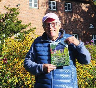Professor Hans-Dieter Warda präsentiert das gerade erschienene Buch des Ulmer VerlagesFoto: Urte Wurtzel