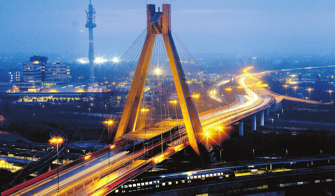 War einst ein nach ganz Europa strahlendes Projekt in Ludwigshafen: der Hauptbahnhof mit der legendären Pylonbrücke. ARCHIVFOTO: KUNZ