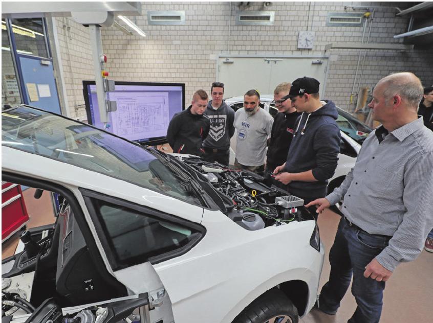 Nur ein halbes Fahrzeug – aber volle Konzentration auf die Funktionen im Unterreicht direkt in der Schulwerkstatt.
