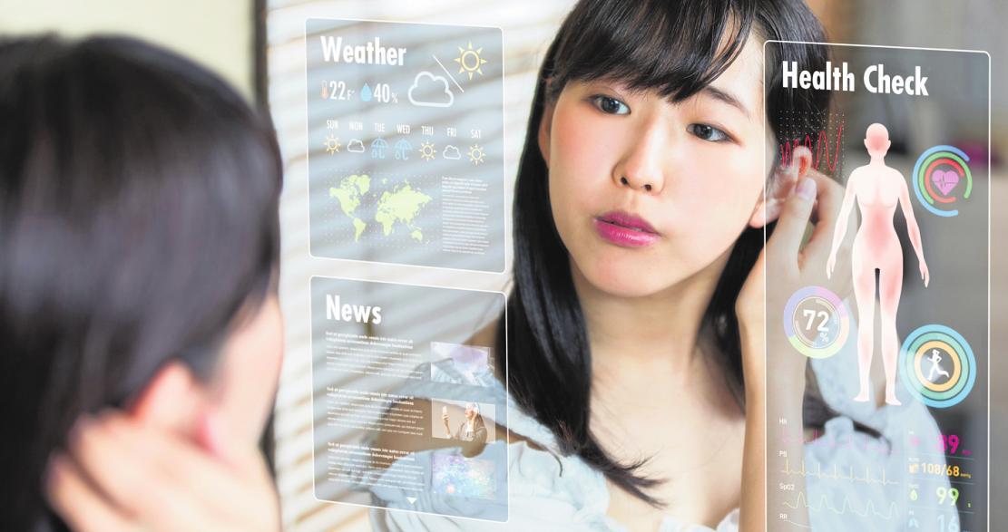 Die Gesundheit im Blick: Smarte Technik beispielsweise im Spiegel hilft uns im Alltag, die Vitaldaten im Blick zu behalten und Probleme frühzeitig zu erkennen. FOTO: METAMORWORKS / ISTOCKPHOTO