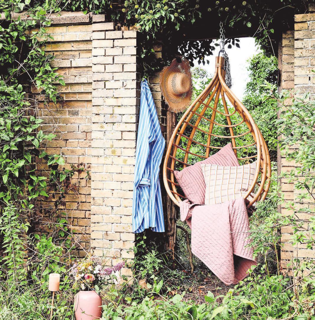 Ein guter Platz für die gemütlichen Hängesessel bietet sich in versteckten Nischen, die so mancher Garten hat. Foto: Broste Copenhagen/dpa