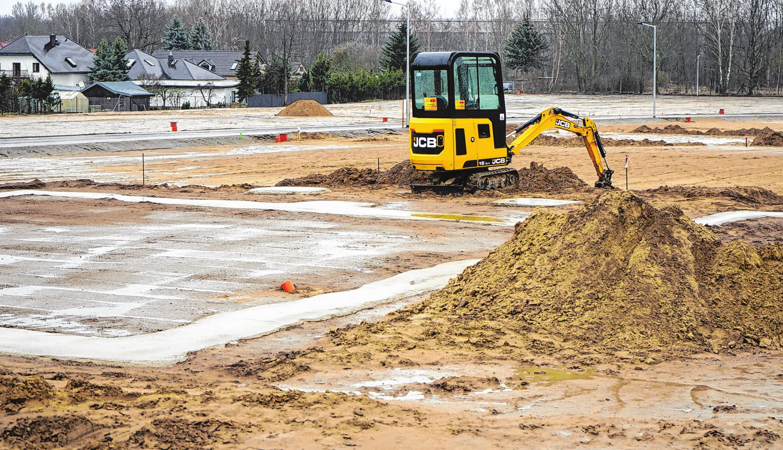 Auf den Eigenheim-Grundstücken haben die Bauarbeiten begonnen. Die Straßen und Wege im neuen Wohngebiet sind fertiggestellt. Foto: Andrea Steinert