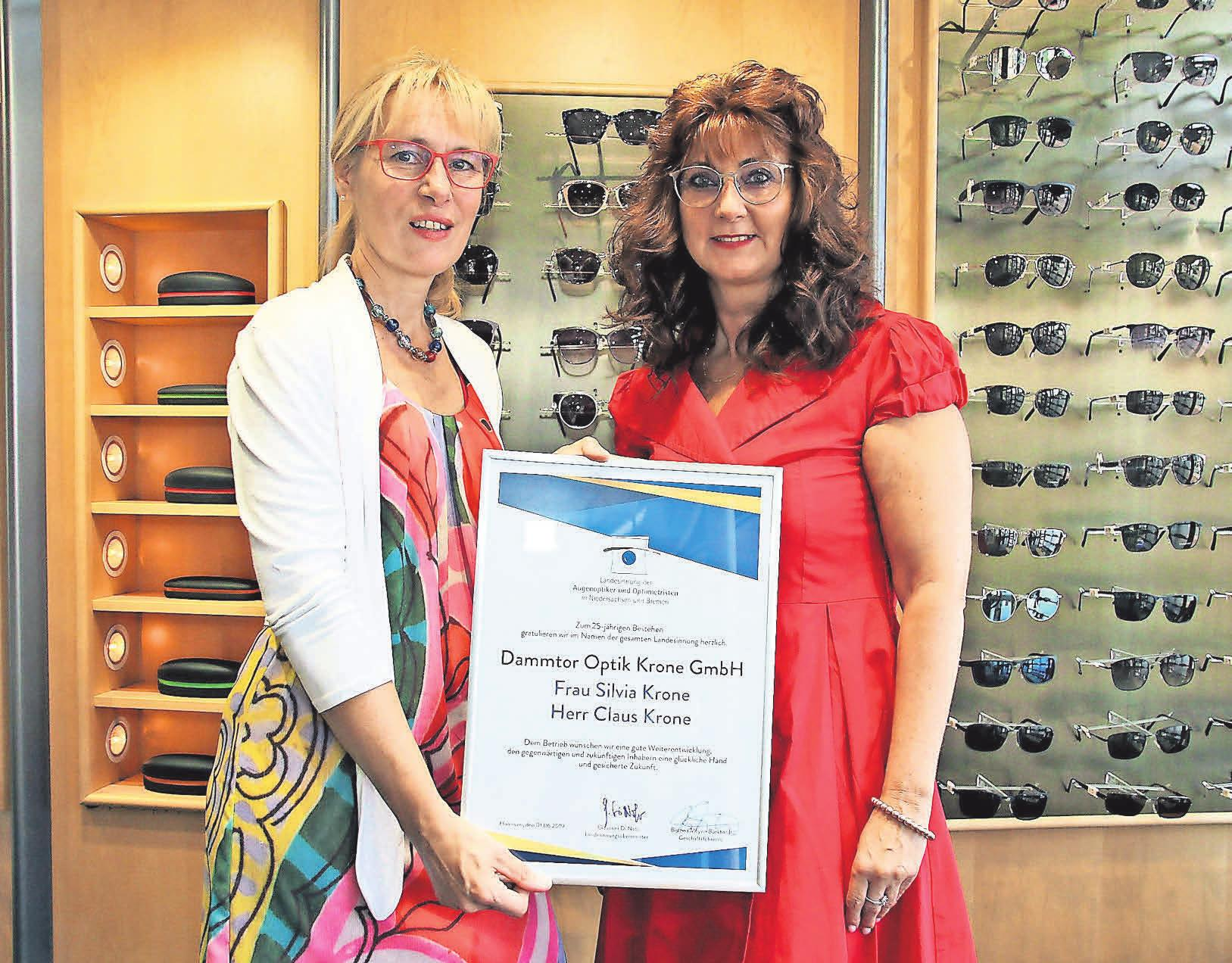Silvia Krone (links) freut sich über die Auszeichnung der Innung durch Brigitte Franke.
