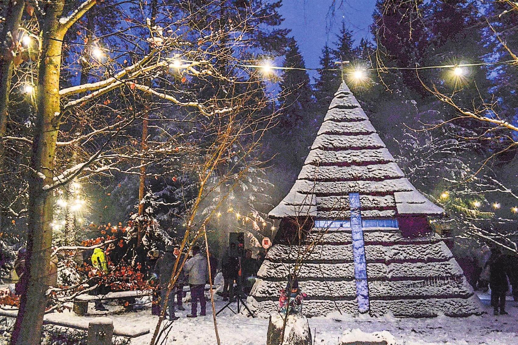 An der Kapelle am Liebensteiner Tor feiern Menschen aus Deutschland und Tschechien das Geheimnis der Weihnacht.