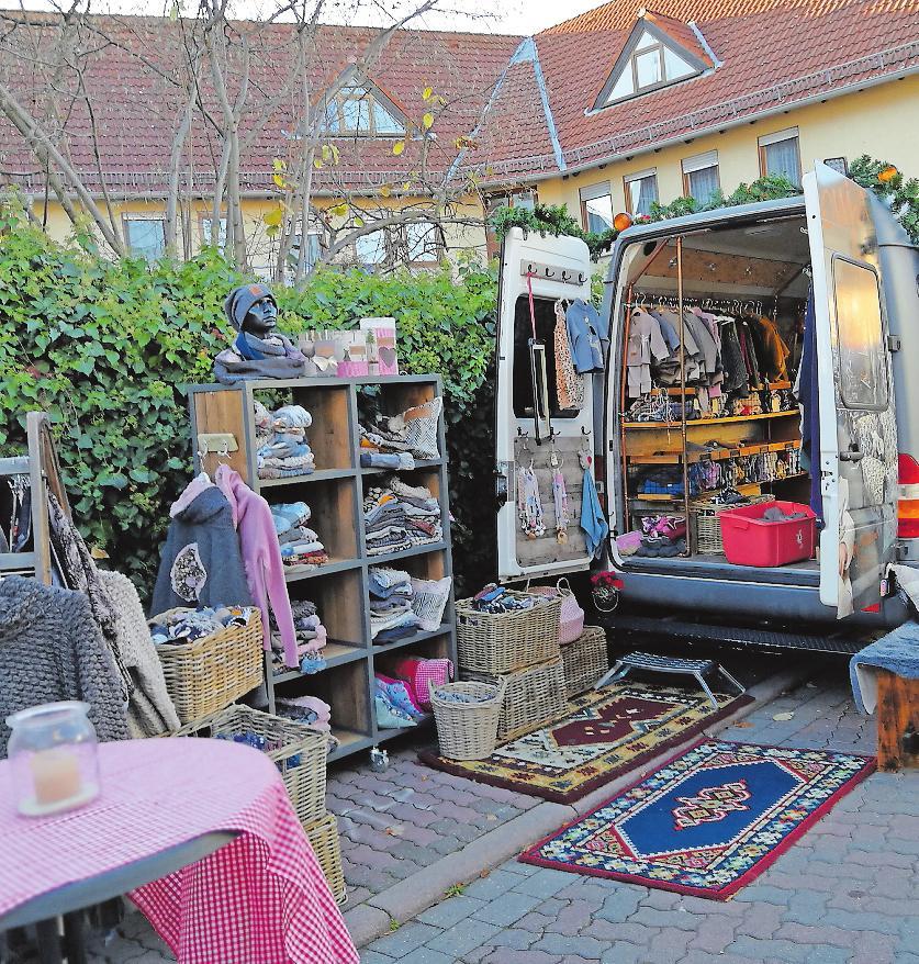 """Auf dem """"Kunst und Genuss""""-Markt in Dannstadt gibt es nicht nur selbst genähte Kleidung: 53 Aussteller offerieren verschiedenes Kunsthandwerk sowie kulinarische Genüsse in der Kirchenstraße.FOTOS: HASTENTEUFEL/FREI"""