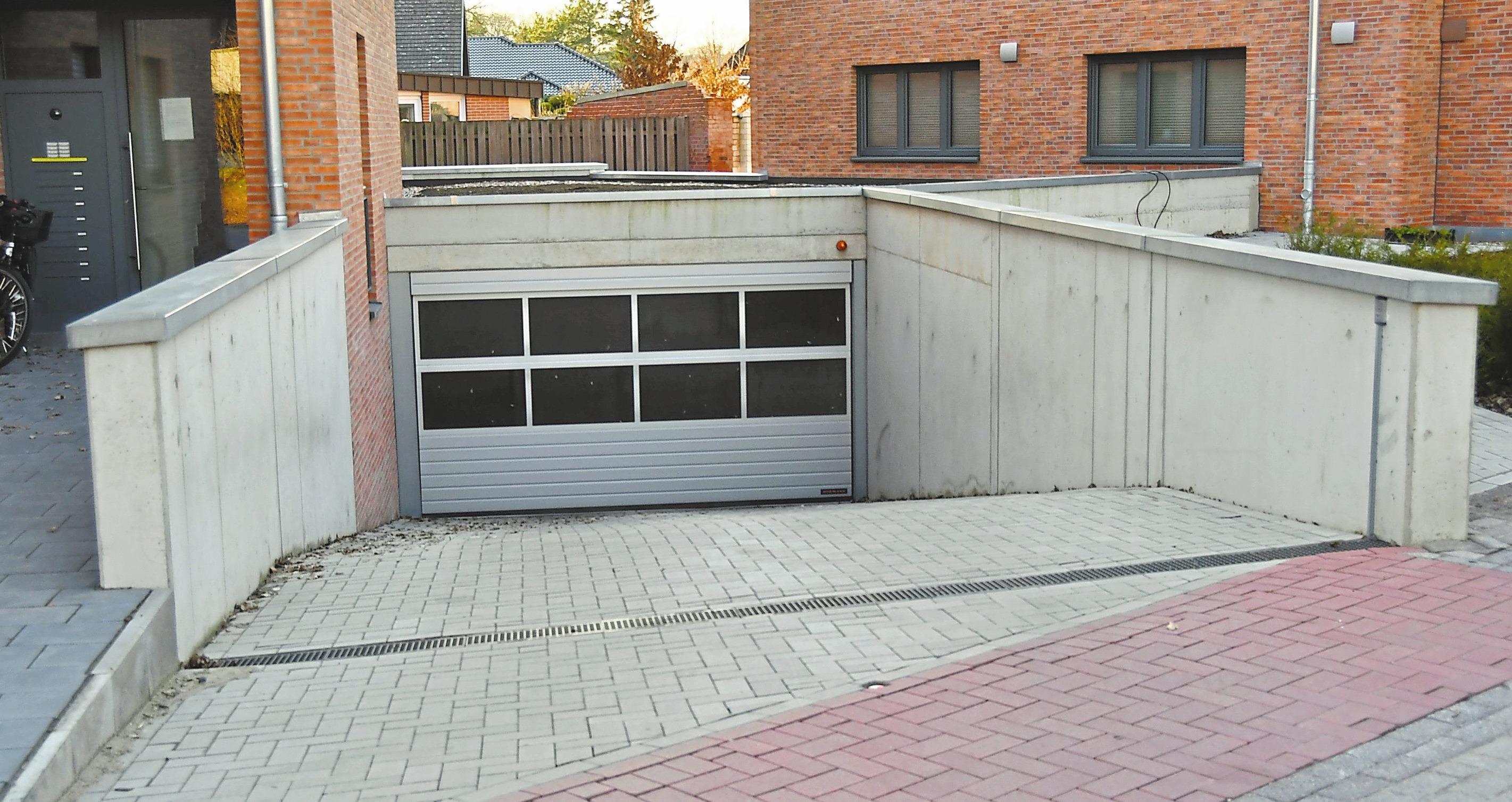Zwischen den beiden Gebäuden befindet sich die Zufahrt zur Tiefgarage mit Gründach.