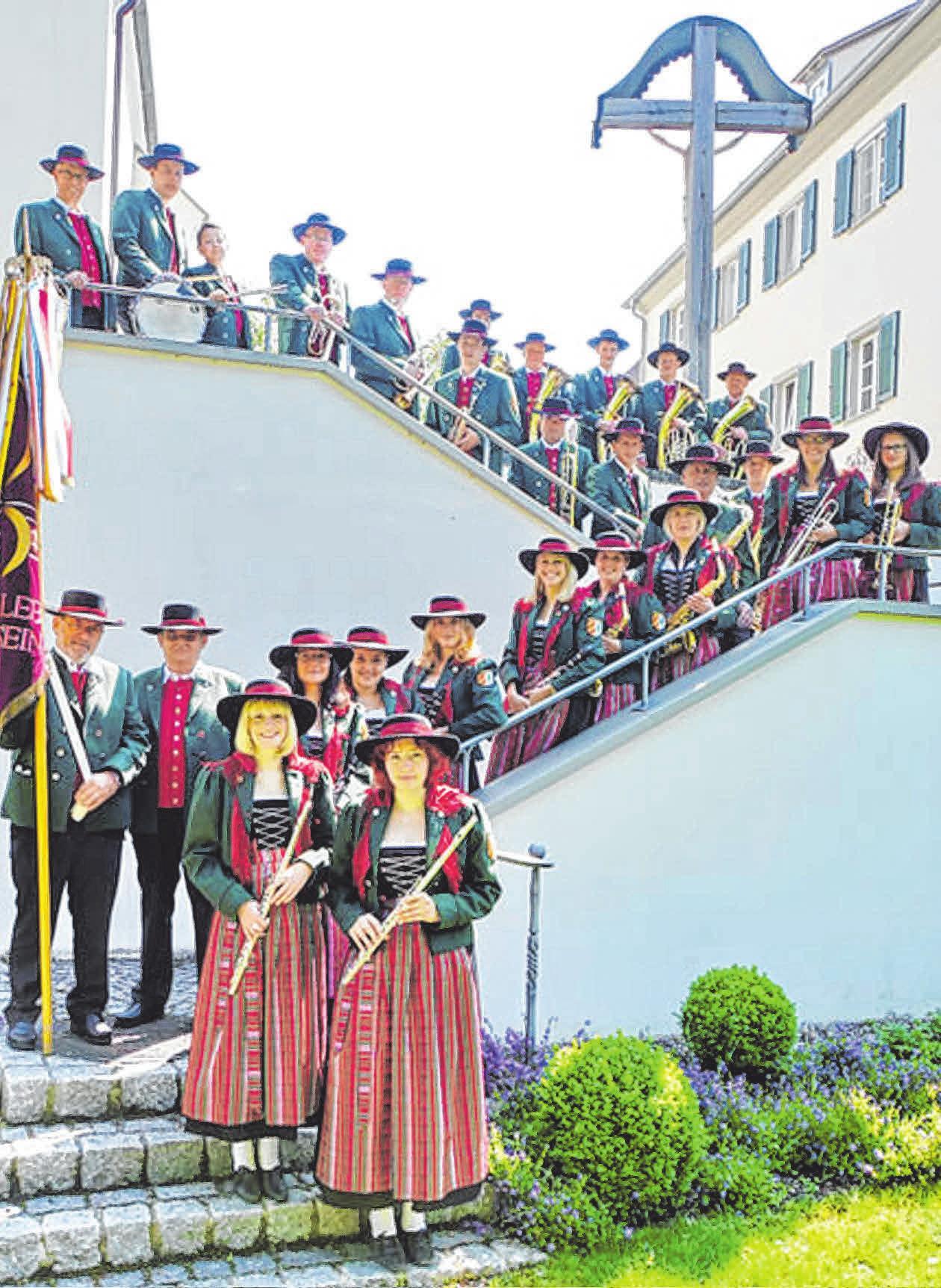 Der Musikverein Königseggwald hat's nicht nur musikalisch drauf, er ist auch beim Feiern einsame Spitze. <div>FOTO: MUSIKVEREIN KÖNIGSEGGWALD</div>