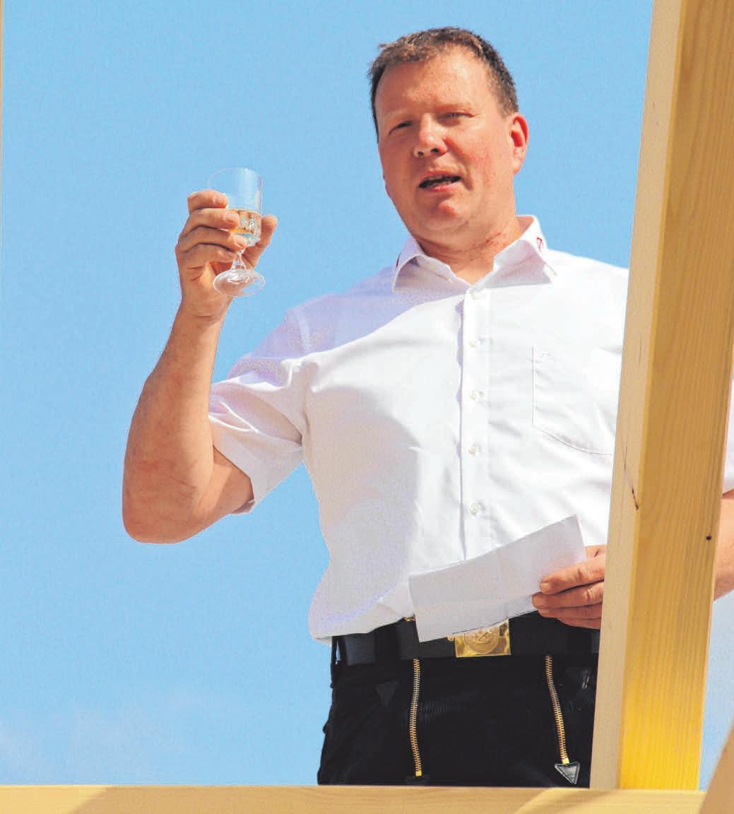 Zimmermeister Rainer Gulde verkündet den Richtspruch.