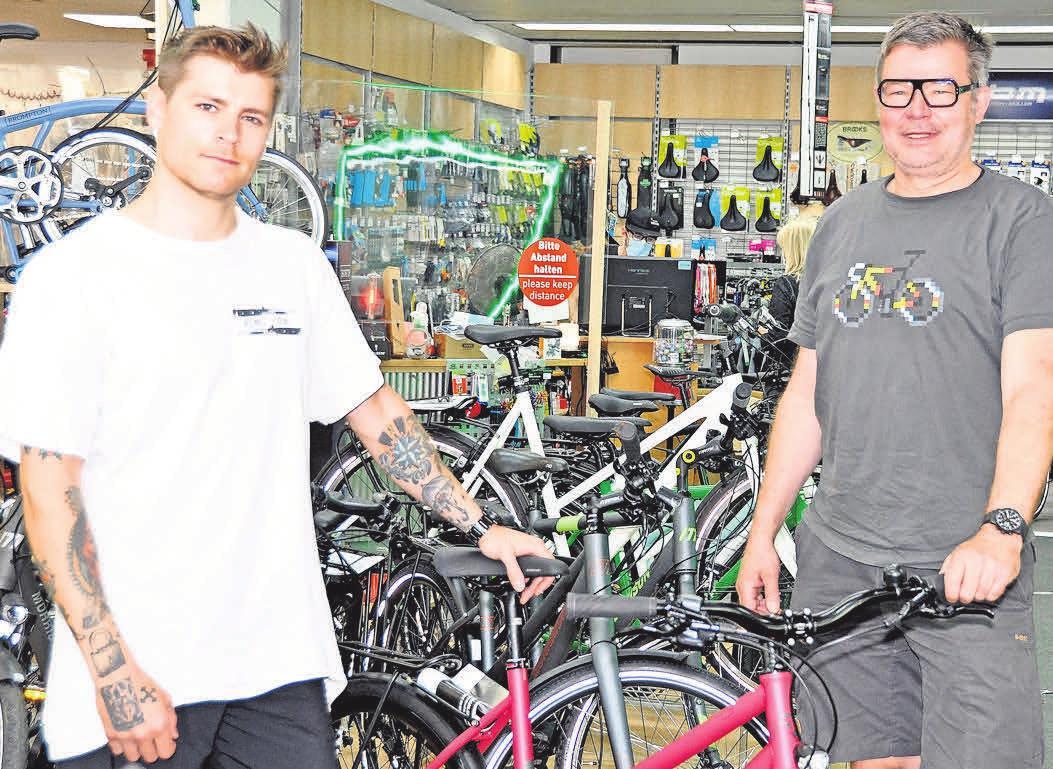 Holger Liebermann (rechts) und Joshua-David Nähring stehen gemeinsam mit ihren Mitarbeitern den Kunden mit Rat und Tat zur Seite.