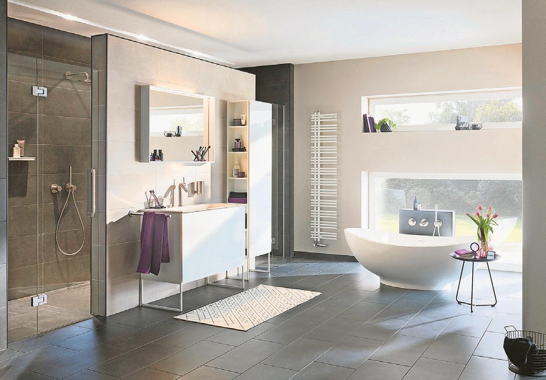 Wer die Möglichkeit hat, stellt die frei stehende Badewanne ans Fenster – mit Blick nach draußen. Foto: VDS/Keuco/dpa-mag