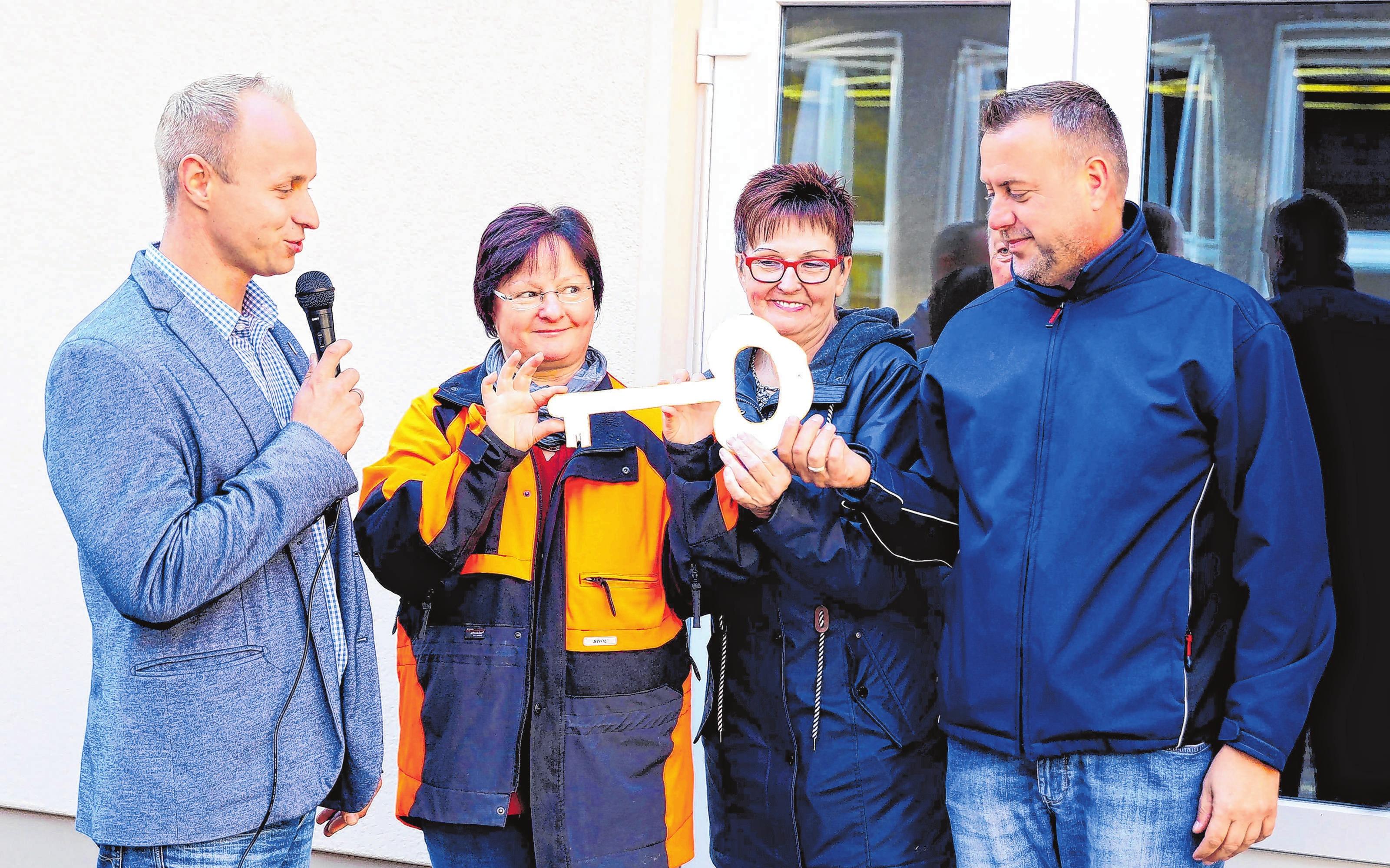Bürgermeister Felix Menzel (l.) übergab den symbolischen Schlüssel und damit den Erweiterungsbau an Schule, Kita und Gemeinde. Fotos: Archiv/Weber