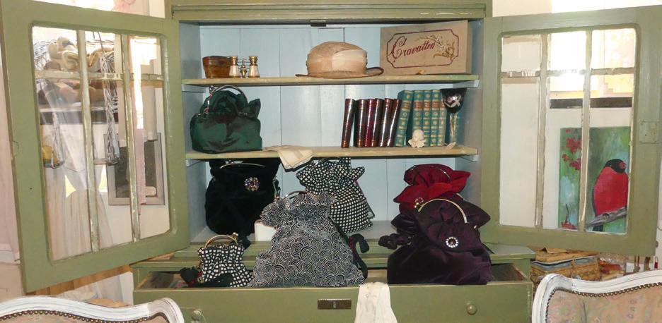 Neben selbst restaurierten Möbeln verkauft Hede Stahmer bei Shabby & Chic auch Dekoartikel, Bilder und Designertaschen von Silvia Schwarting.