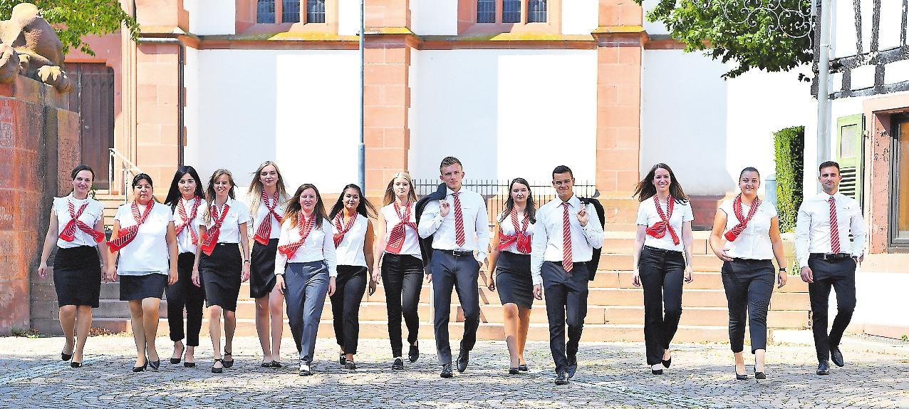 Können sich nach Ausbildung und Studium vielfältig weiterbilden: die Sparkassen-Azubis. FOTO: FREI