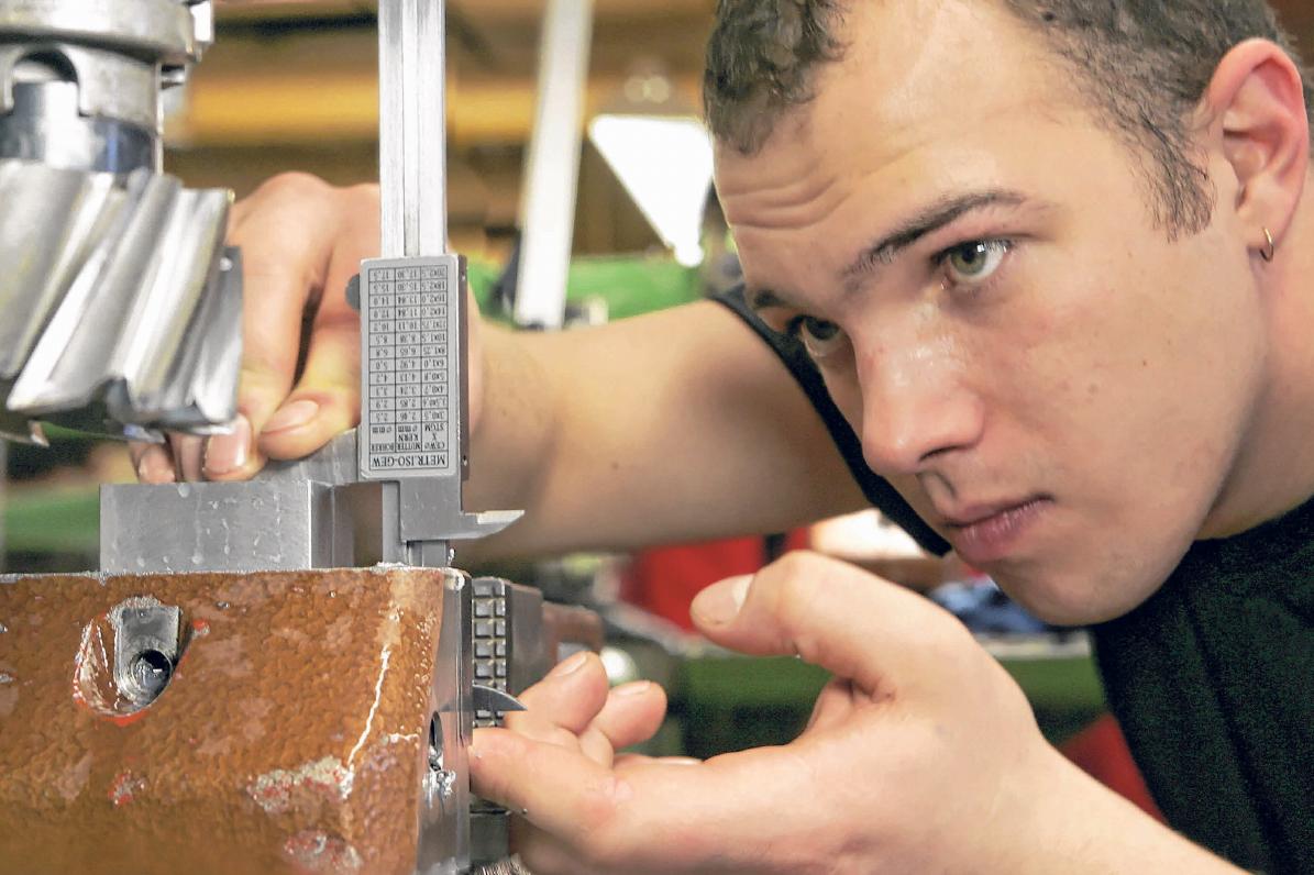 Beim Feinwerkmechaniker sind ein gutes Auge und Präzision gefragt. FOTO: HANDWERKSKAMMER ULM