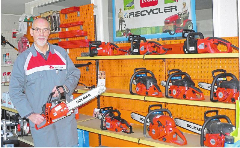 Mit Kettensägen geht es an die Holzarbeiten. Thomas Bussmann berät seine Kunden gerne. Foto: Dorothee Harbers