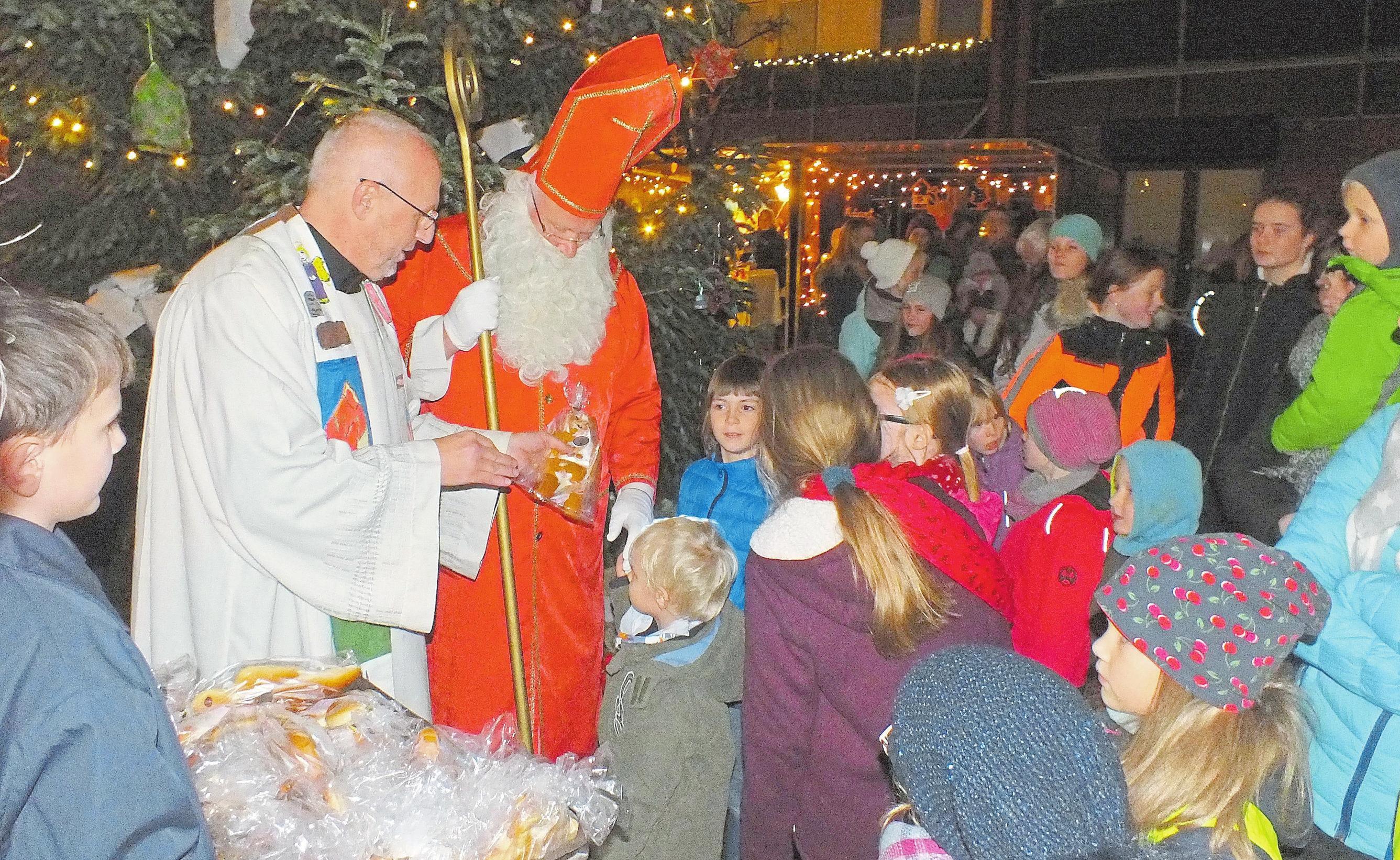Der Heilige Mann lässt Kinderaugen leuchten. Natürlich stattet der Nikolaus Havixbeck seinen Besuch ab. Foto: Helmut Brandes