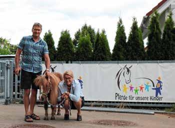 Susi, das letzte Pony von Karl Lutz, mit Hans Weiß von der Irmengard-Lutz-Breins-Stiftung und Katrin Rheinländer-Mix.