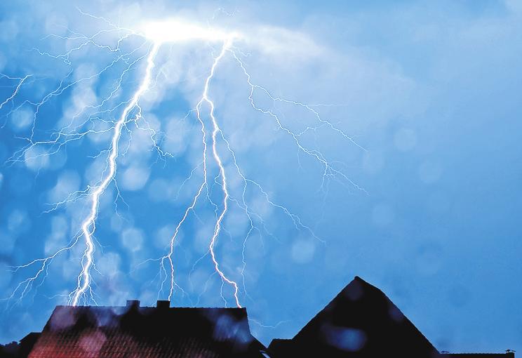 Es donnert und blitzt: Allein in Nordrhein-Westfalen wurden 2018 gut 50 000 Blitzeinschläge gezählt. FOTO: THOMAS RENSINGHOFF/DPA