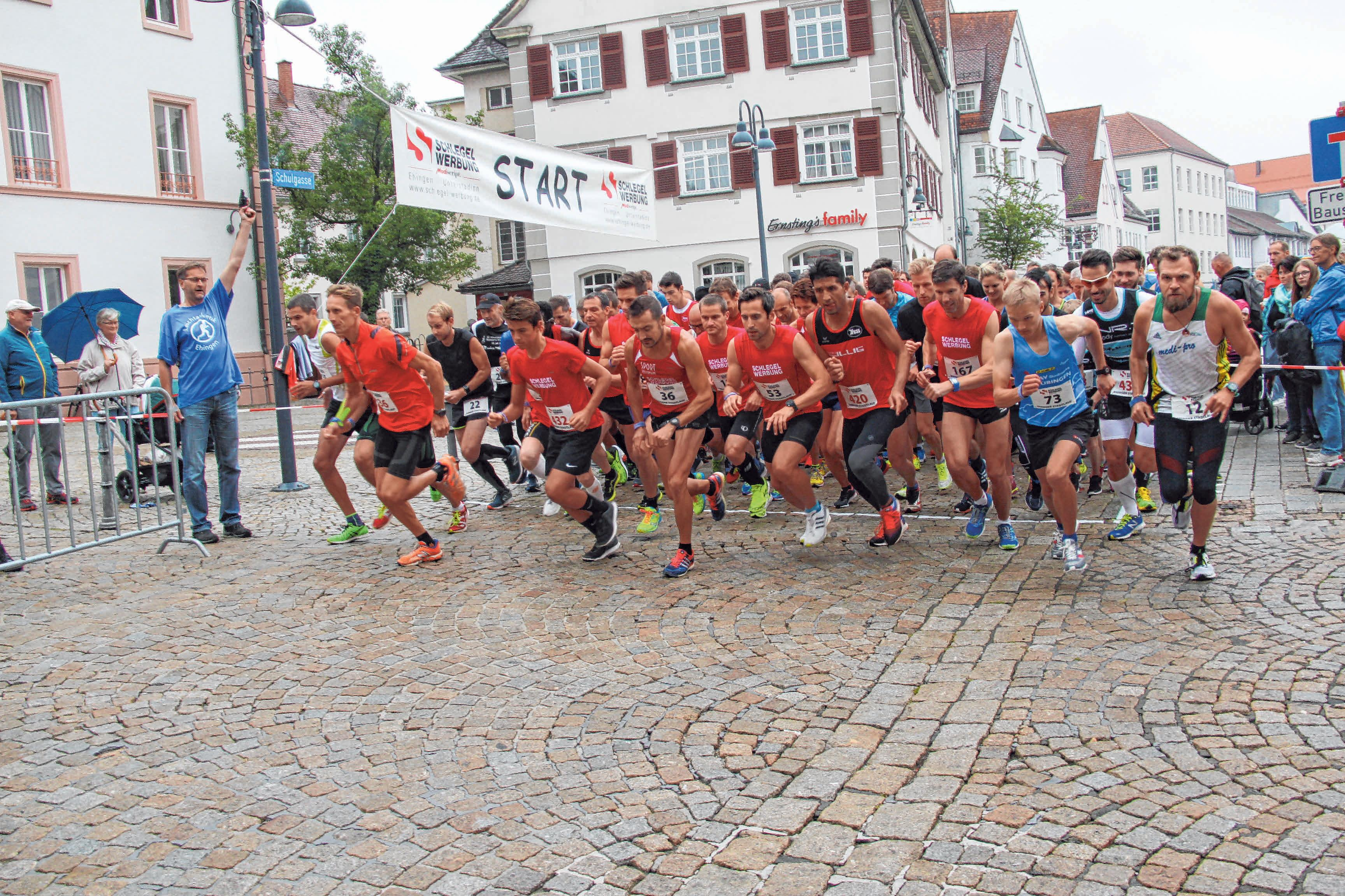 Wie immer werden die einzelnen Läufe des Ehinger Stadtlaufs auf dem Marktplatz gestartet. FOTOS: ARC