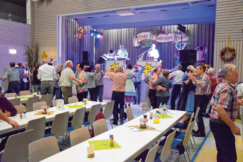 """Zur Musik des """"Sterntaler-Duos"""" lässt es sich herrlich tanzen."""