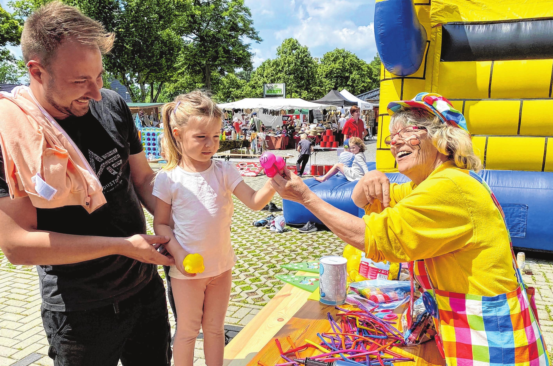 Leni aus Rauen besuchte mit ihrem Vater Sebastian das Fest und ließ sich von Clown Knopf einen Marienkäfer für das Handgelenk modellieren.