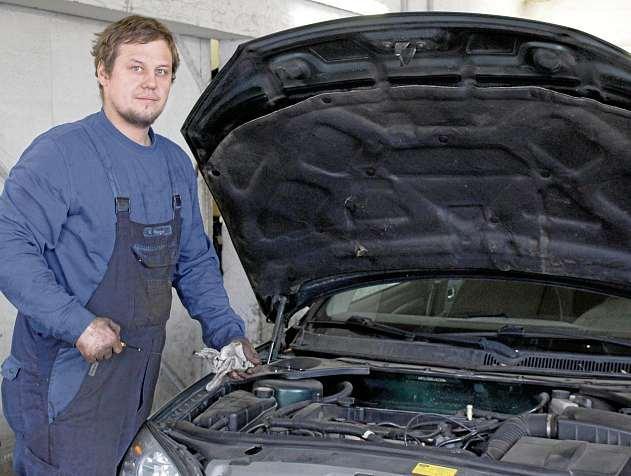 Matthias Lars Wenger nimmt jedes Auto beim Frühjahrscheck genau unter die Lupe. FOTO: KIE