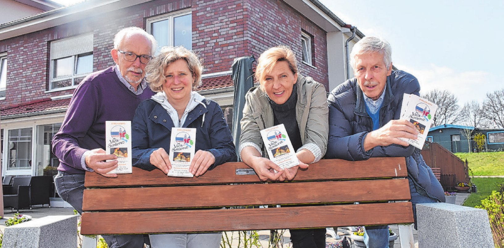Rolf Loose (v.l.), Susann Pötter, Anke Conradi und Kurt Martens organisieren die Seniorenmesse im Reinbeker Schloss Foto: Soukup