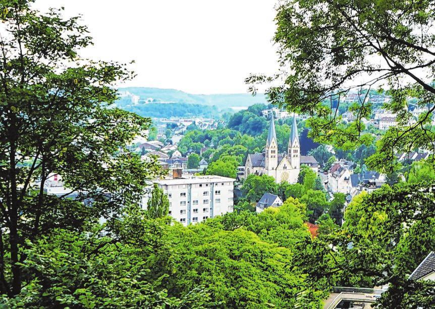 Blick vom Oberen Schloss auf die Stadt, hier mit der katholischen St.-Michaels-Kirche und dem St.-Marien-Krankenhaus.