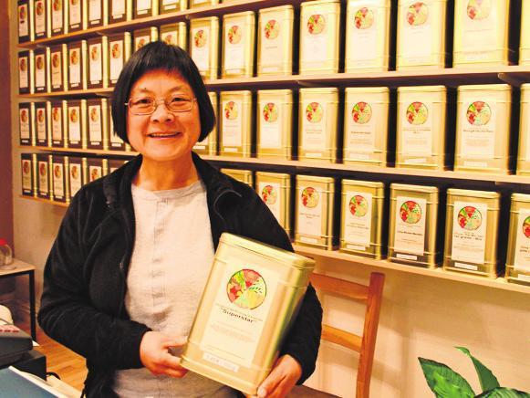 Yanjie Pang erforscht und kennt die Wirkung von Tee, Heilkräutern und Nahrungsergänzungsmitteln.Fotos: Tatjana Eberhardt