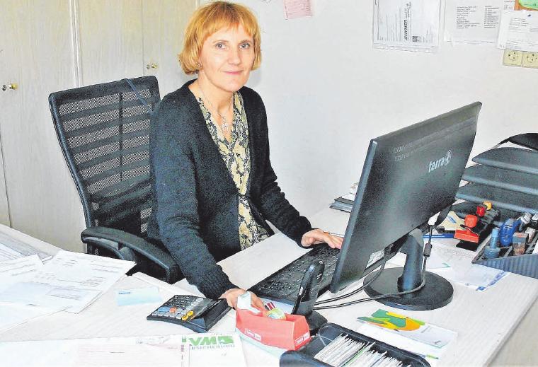 Kümmert sich gewissenhaft um die anfallende Büroarbeit: Bürokauffrau Herta Kölbel.