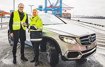 Matthias Kallis und Angela Titzrath mit dem neuen Mercedes GLC F-CELL. Foto: Thies Raetzke