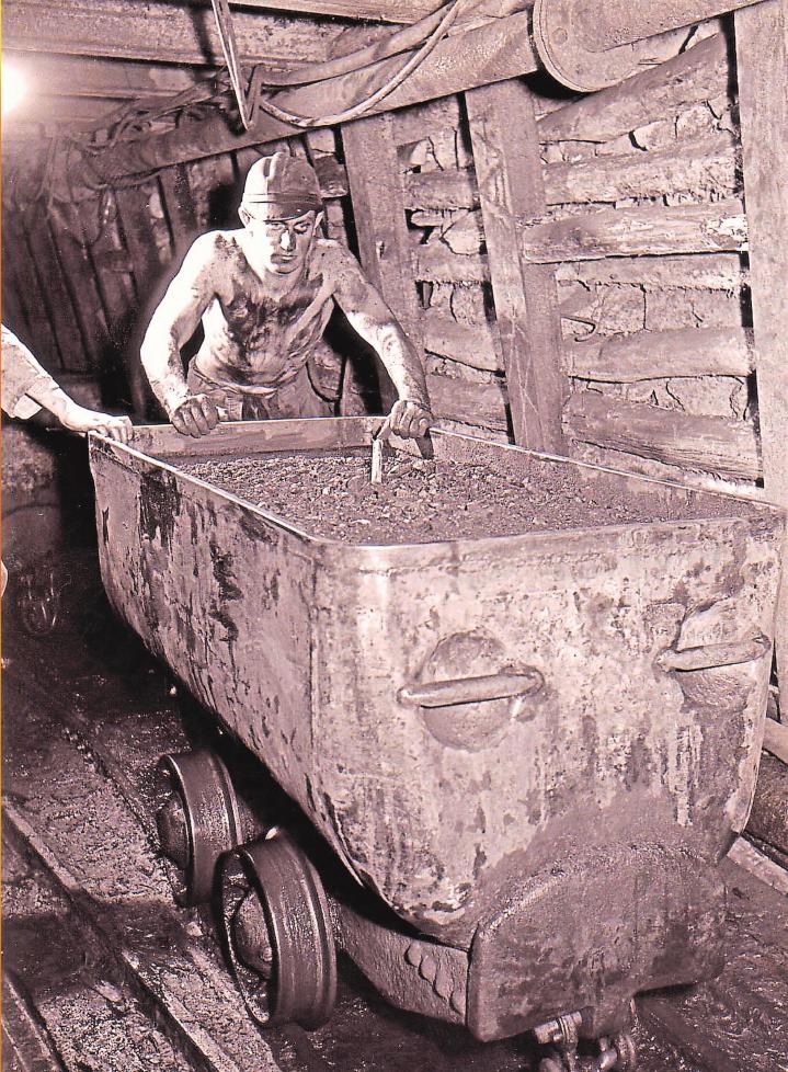 1955: Ein Bergmann mit beladenem Hunt.