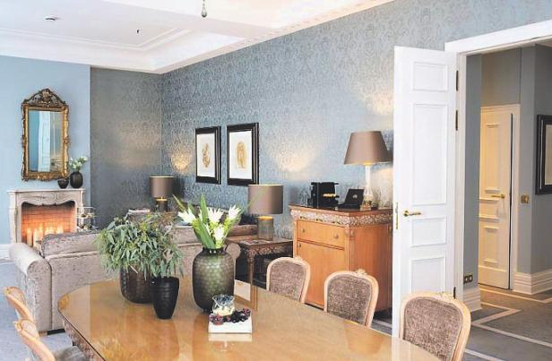 Ein 24-Stunden-Butlerservice ermöglichtein Dinner im Wohnbereich. Bild: Althoff Grandhotel Schloss Bensberg