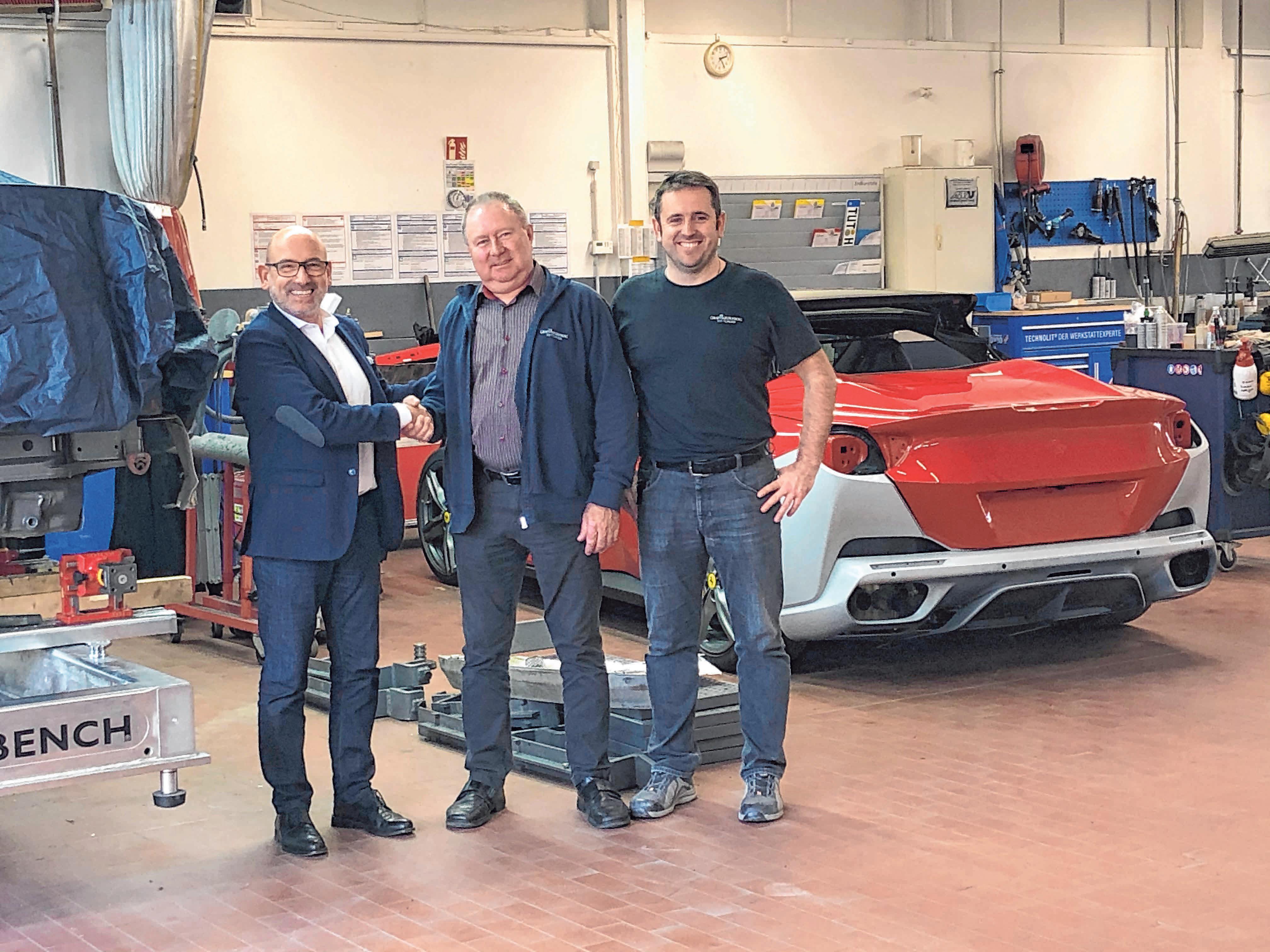 Seit drei Jahrzehnten hält Georg Thierjung dem Autohaus Graf Hardenberg die Treue. Dazu gratulieren Geschäftsführer Mark-O. Häfner (l.) und Werkstattleiter Karosserie und Lack, Manuel Schmelovski.