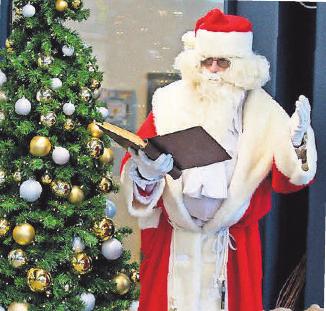 Der Weihnachtsmann überrascht die Besucher in und vor den Geschäften.