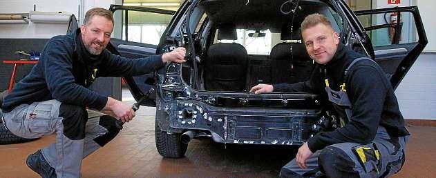 Sorgen für eine sorgenfreie Unfallabwicklung aus einer Hand: Geschäftsführer Tim Diercks (li.) und Karosseriebaumeister Dominik Lühr. FOTO: TBU