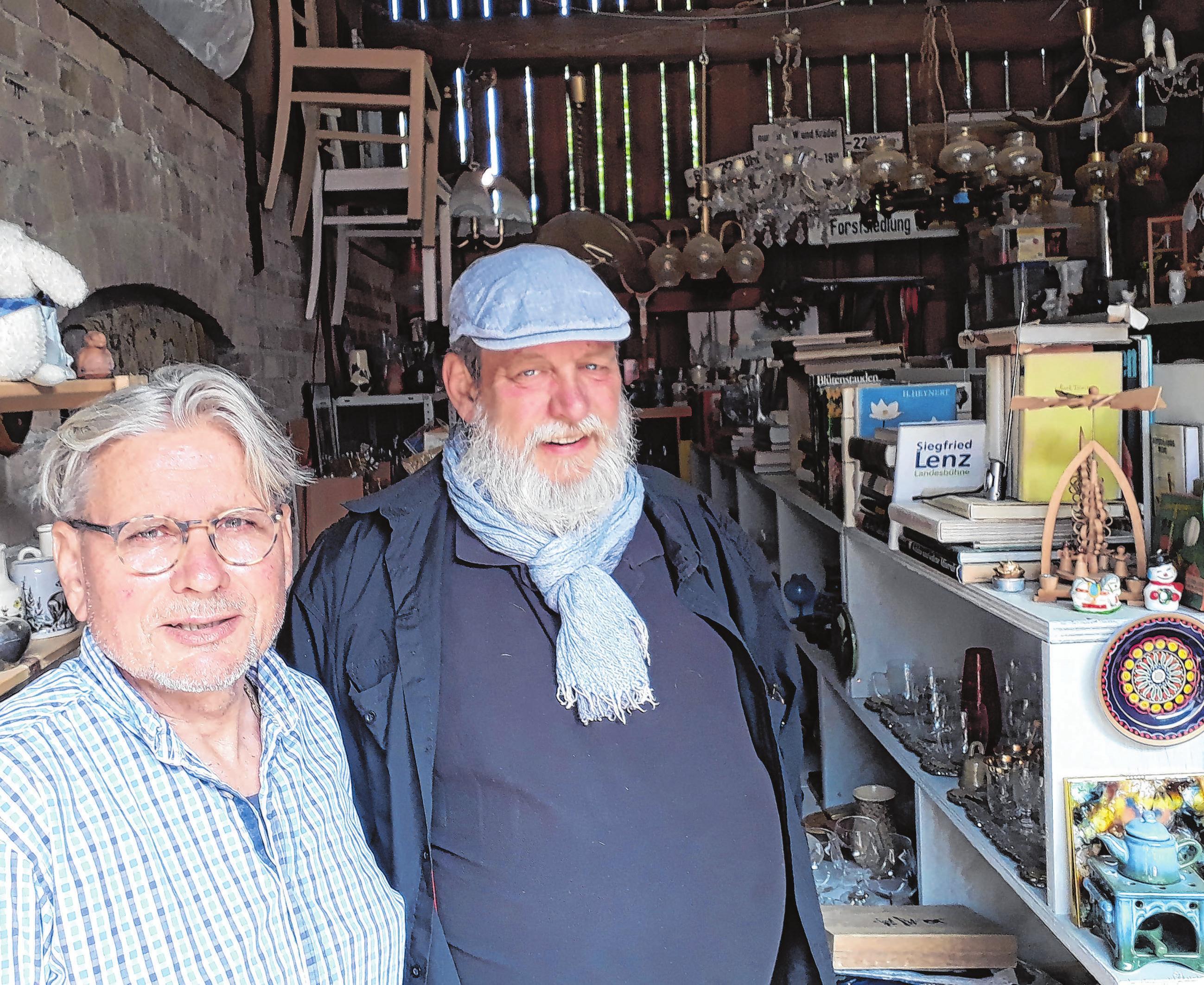 Sie lieben die Trödelscheune in Eichhorst: Michael Renne und Henry Pepinksi Foto: saschu